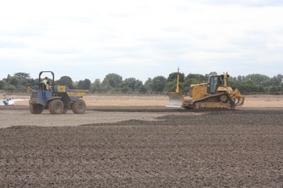 Spreading sub base for 3G artificial pitch